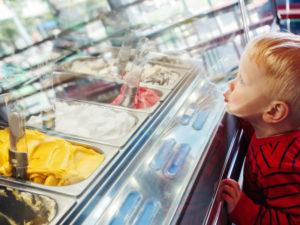 La pulizia della vetrina del gelato